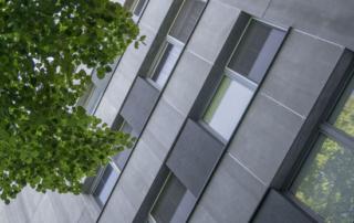 Habillage façade d'un immeuble avec des panneaux bois-ciment