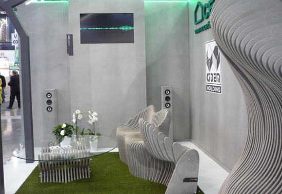 Stand de Cetris sur un salon avec présentation de leurs panneaux bois-ciment